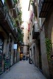 Smal gata i den Barcelona staden, Spanien Fotografering för Bildbyråer