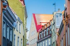 Smal gata i den gamla staden av Tallinn med färgrika fasader Royaltyfri Bild