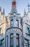 Smal gata i den gamla staden av Tallinn med färgrika fasader Fotografering för Bildbyråer