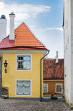 Smal gata i den gamla staden av Tallinn med färgrika fasader Royaltyfria Bilder