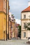 Smal gata i den gamla staden för Warszawa, Polen royaltyfri bild