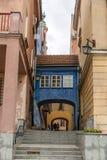 Smal gata i den gamla staden för Warszawa - Polen royaltyfria bilder