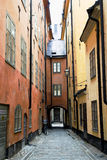 Smal gata i den gamla staden (Gamla Stan) av Stockholm Arkivfoton