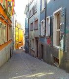 Smal gata i den gamla staden i Zurich Fotografering för Bildbyråer