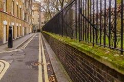 Smal gata i den gamla stilen endast för gångare, med en gree Royaltyfri Bild