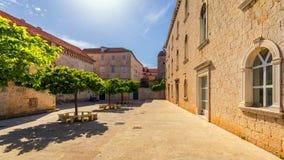 Smal gata i den historiska staden Trogir, Kroatien glass förstorande översiktslopp för destination Begränsa den gamla gatan i den fotografering för bildbyråer