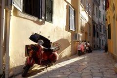 Smal gata i den Korfu staden Arkivfoton