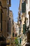 Smal gata i den medelhavs- staden - Korfu, Grekland Arkivfoton
