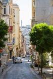 Smal gata i europeiskt område av Istanbul Royaltyfria Bilder