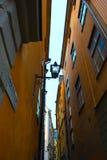 Smal gata i Gamla Stan, gammal stad av Stockholm, Sverige Arkivbild