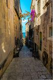 Smal gata i Korcula arkivbilder