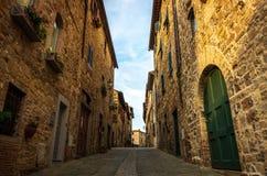 Smal gata i medeltida by av San Donato i Poggio i kommunen av Tavarnelle Val di Pesa i Tuscany, Italien fotografering för bildbyråer