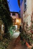Smal gata med blommor i den gamla staden Mougins i Frankrike royaltyfria bilder