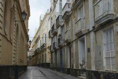 Smal gata med traditionell arkitektur i Cadiz Arkivfoto