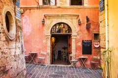 11 9 2016 - Smal gata med traditionell arkitektur, kaféer och restauranger i den gamla staden av Chania Fotografering för Bildbyråer