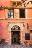 11 9 2016 - Smal gata med traditionell arkitektur, kaféer och restauranger i den gamla staden av Chania Royaltyfri Bild