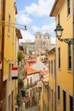 Smal gata med trappa, Porto, Portugal Arkivfoton