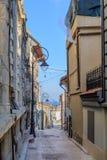 Smal gata mellan byggnader i stad Bild av den smala isolaen Royaltyfri Fotografi