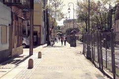 Smal gata nära Bombonera stadion i det LaBoca området, Buenos Aires, Argentina arkivfoton