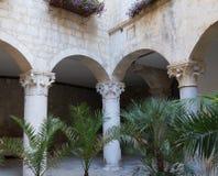 Smal gata och charmiga fasader i gamla Trogir Arkivfoto
