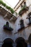 Smal gata och charmiga fasader i gamla Trogir Royaltyfria Foton