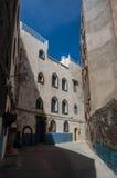 Smal gata och färgrika gamla hus av medeltida medina av Essa Royaltyfri Foto
