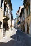 Smal gata och murkna väggar i Asolo, Italien Royaltyfria Bilder
