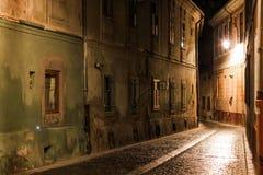 Smal gata på natten i Brasov Royaltyfri Bild