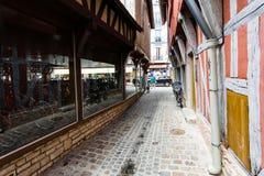 Smal gata Rue de la Vierge i den Troyes staden arkivbild