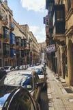 Smal gata som fodras med bilar royaltyfria bilder