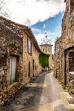 Smal gata, stenhus och klockatorn av en forntida villag Royaltyfri Fotografi