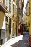 Smal gata, Vieille Ville, Nice, Frankrike Royaltyfri Fotografi