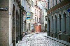Smal gataValnu iela i Riga den gamla staden Royaltyfri Fotografi