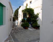 Smal gränd i den Paros ön, Grekland Royaltyfri Bild