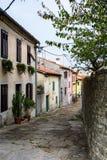 Smal gränd i Labin i Kroatien Royaltyfri Bild