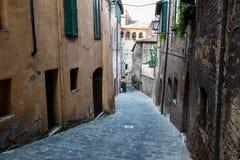 Smal gränd med gammala byggnader i medeltida Town Fotografering för Bildbyråer