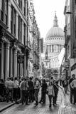 Smal gränd på St Pauls Cathedral i London - LONDON - STORBRITANNIEN - SEPTEMBER 19, 2016 Arkivfoto
