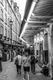 Smal gränd på teaterområdet i London Westend - LONDON - STORBRITANNIEN - SEPTEMBER 19, 2016 Arkivfoton