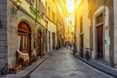 Smal hemtrevlig gata i Florence, Tuscany royaltyfri bild