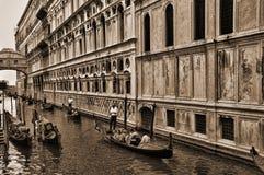 Smal kanaal onder de Brug van Sighs in Venetië Italië royalty-vrije stock foto's
