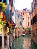 Smal kanaal in Venetië, Italië Stock Foto