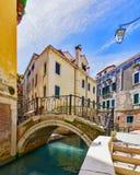 Smal kanal bland gammala färgrika tegelstenhus i Venedig, Italien fotografering för bildbyråer