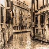 Smal kanal i Venedig i sepiasignal Royaltyfri Fotografi