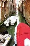 Smal kanal i Venedig med fartyg arkivbilder