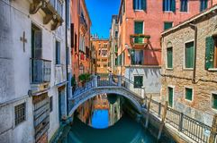 Smal kanal med bron i Venedig, Italien, HDR royaltyfria foton