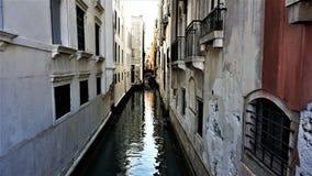 Smal kanal, mellan viterna och brännugnhusen av Venedig, Italien arkivbild