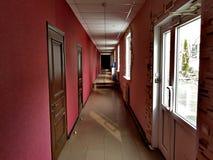 Smal korridor i hotellet royaltyfri fotografi