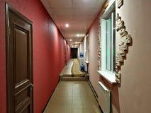 Smal korridor i hotellet arkivbild