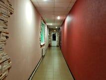 Smal korridor i hotellet royaltyfri bild