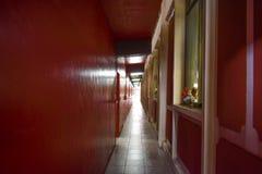 Smal korridor mellan byggnader Arkivfoto